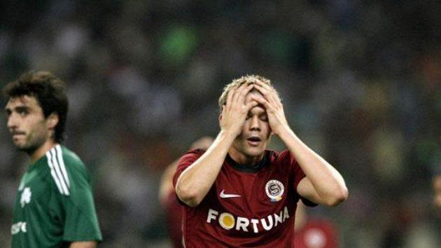 Sparťan Luboš Kalouda se chytá za hlavu, poté, co nevyužil šanci proti Panathinaikosu.