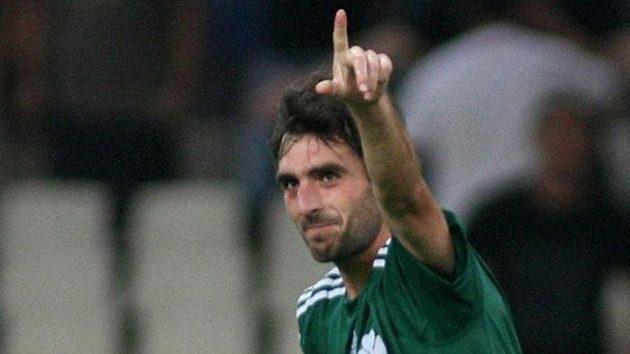 Fotbalista Panathinaikosu Josu Sarriegi oslavuje svou branku do sítě Sparty.