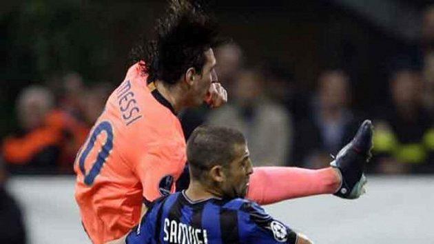 Lionel Messi z Barcelony ve výskoku za Walterem Samuelem z Interu Milán