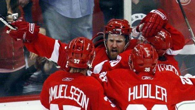 Jiří Hudler přijíždí gratulovat Niklasi Kronwallovi (uprostřed) ke gólu v pátém finále NHL proti Pittsburghu.