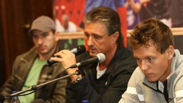 Jan Hájek, nehrající kapitán Jaroslav Navrátil a Tomáš Berdych na tiskové konferenci před odletem do Španělska na finále Davisova poháru.