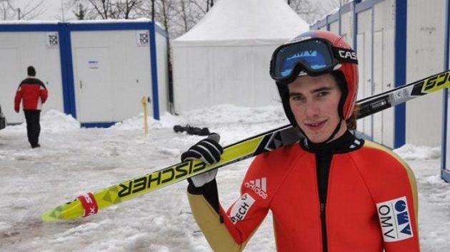 Skokan na lyžích Antonín Hájek s netradičním nádobíčkem - běžeckými lyžemi.