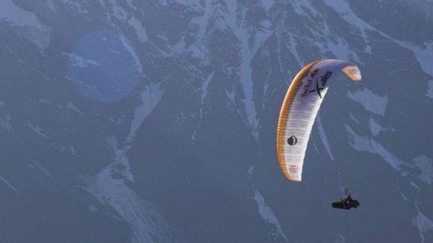 Jan Škrabálek ve vzduchu při závodu Red Bull X-Alps. Český dobrodruh nalétal celkem 181 km.