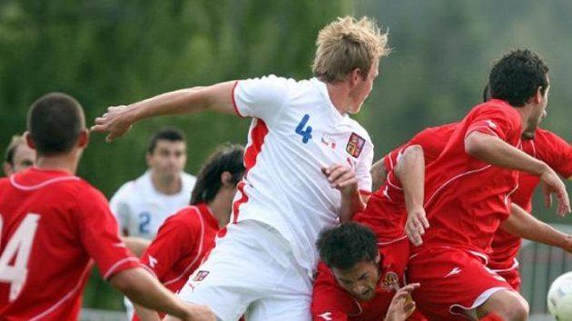 Český fotbalista Martin Klein (uprostřed) bojuje o míč s hráči Malty.