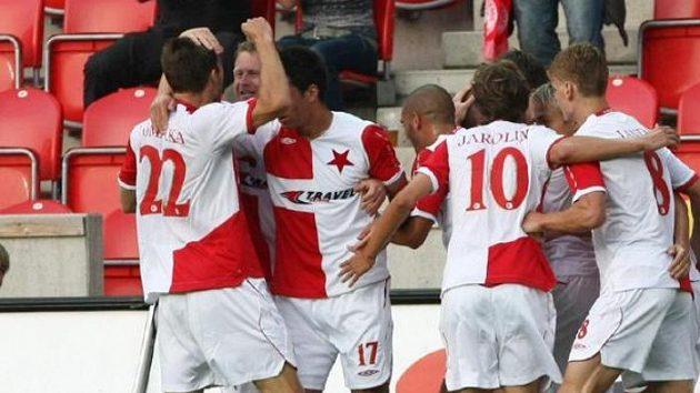 Fotbalisté Slavie oslavují branku Adama Hlouška v utkání se Šeriffem Tiraspol.