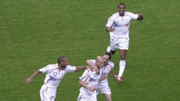 Fotbalisté Francie se radují z proměněné penalty Zinédina Zidana (č. 10) ve finále MS.