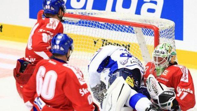 Fin Kähkönen (vlevo) padá na českého brankáře Lukáše Mensatora.