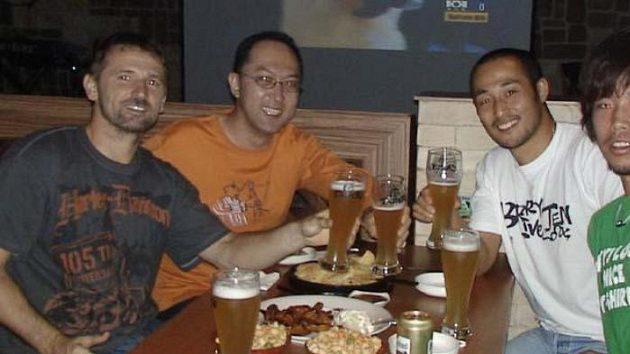 Týmové večeře patří i ke korejským zvyklostem.