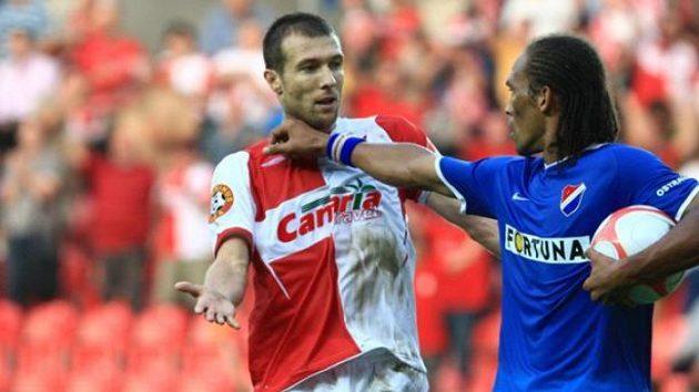 Slávista Vomáčka chce míč po fotbalistovi Ostravy Nevesovi.