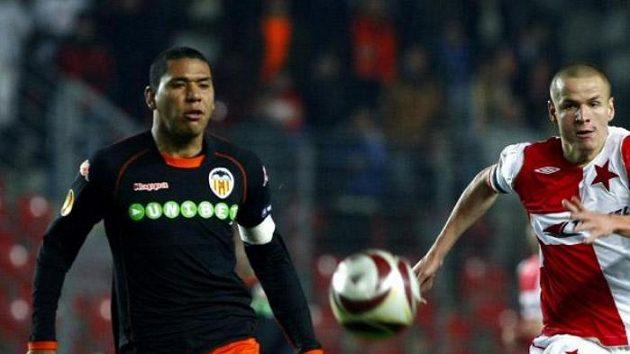 Fotbalista Slavie Adam Hloušek v souboji s Madurem z Valencie