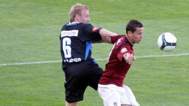Sparťanský fotbalista Žofčák v souboji s kladenským Szaboem