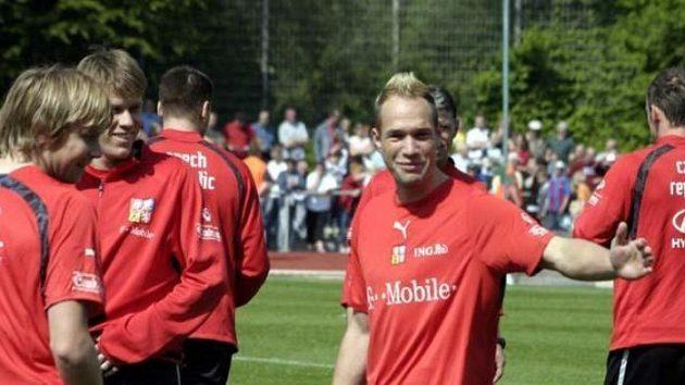 Jan Polák signalizuje během tréninku reprezentace ve Westerburgu.