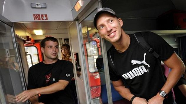 Překážkář Petr Svoboda (vpravo) ve vlaku na nádraží v pražských Holešovicích