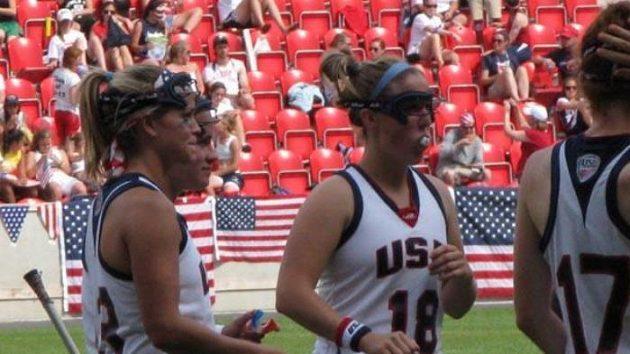 Katie Chrestová (uprostřed) a Acacia Walkerová naslouchají pokynům trenérů
