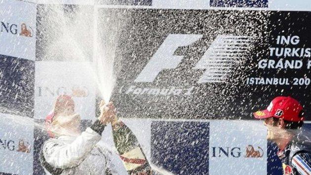 Mark Webber z Red Bullu (vpravo) kropí šampaňským Jensona Buttona z týmu Brawn GP po Velké ceně Turecka.