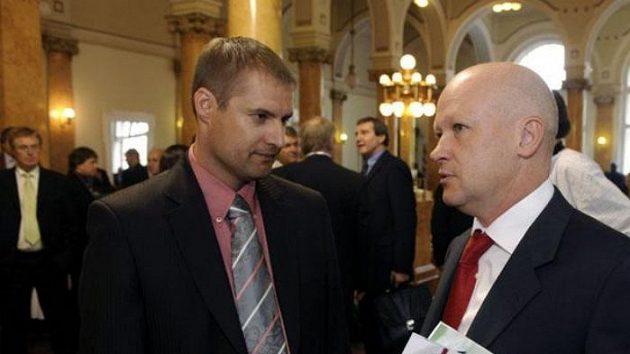 Kandidát na funkci předsedy Českomoravského fotbalového svazu (ČMFS) Ivan Hašek a předseda představenstva Baníku Ostrava Tomáš Trucha (vlevo) na volební valné hromadě ČMFS