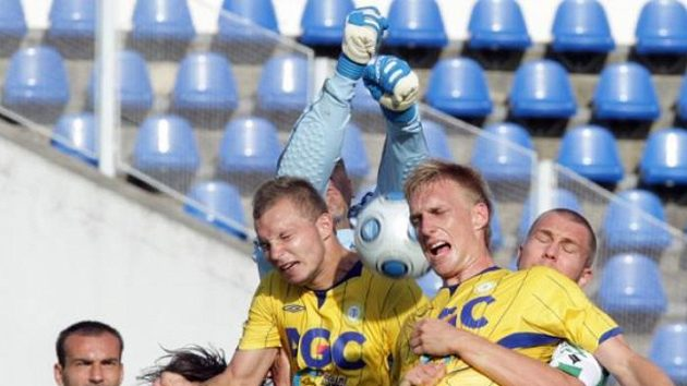 Fotbalista Bohemians Praha Kincl (vlevo dole) v souboji s teplickými obránci