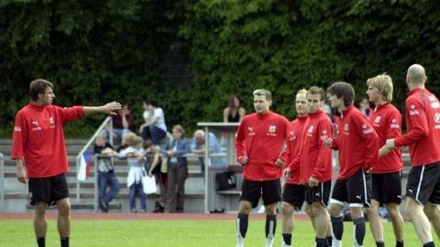 Zdeněk Grygera (vlevo) gestikuluje na tréninku české reprezentace ve Westerburgu