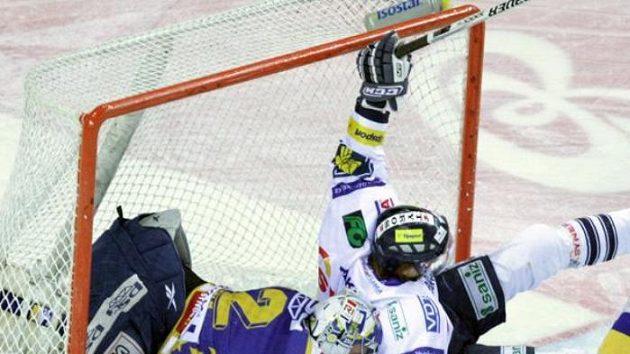 Liberecký Jan Víšek (v bílém) skončil ve zlínské svatyni i s gólmanem Tomášem Štůralou.