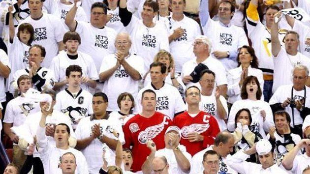 Dva fanoušci Detroitu mezi příznivci Pittsburghu během šestého finále NHL