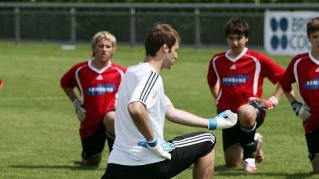 Petr Čech radí na tréninku mladým hráčům.
