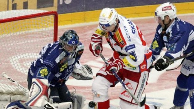Hokejistu Slavie Micku brání plzeňský Jiří Hanzlík.