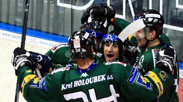 Hokejista Karlových Varů Václav Pletka (uprostřed) oslavuje gól na Slavii.