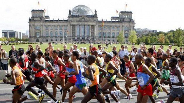 Účastníci maratónu na MS v Berlíně běží kolem budovy Reischstagu.
