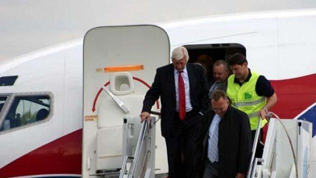 Vlastimil Košťál a trenér Karel Brückner vystupují z letadla po příletu do Siegerlandu.