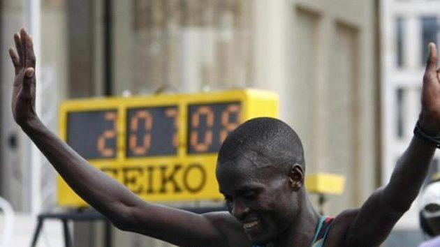 Keňský běžec Abel Kirui v cíli maratónu na MS v Berlíně.