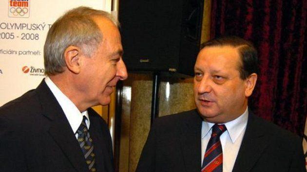 Předseda Českého olympijského výboru Milan Jirásek (vlevo) diskutuje s Alexandrem Károlyim.