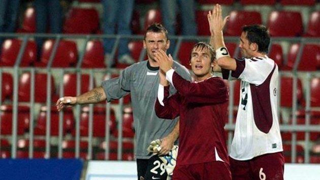Sparťané Blažek, Matušovič a Sivok (zleva) tleskají fanouškům po utkání proti Hearts.