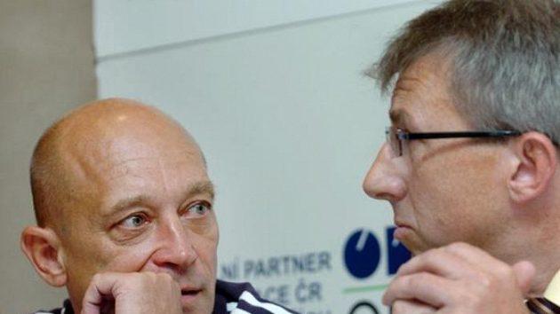 Ředitel skokanského úseku Leoš Škoda (vlevo) se baví se sportovním ředitelem Rostislavem Jozífkem.