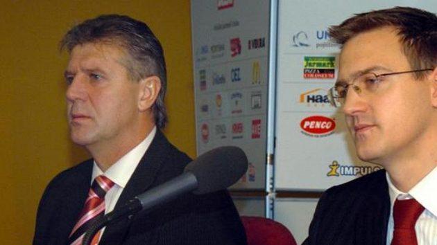 Jozef Chovanec (vlevo) a Daniel Křetínský na tiskové konferenci Sparty