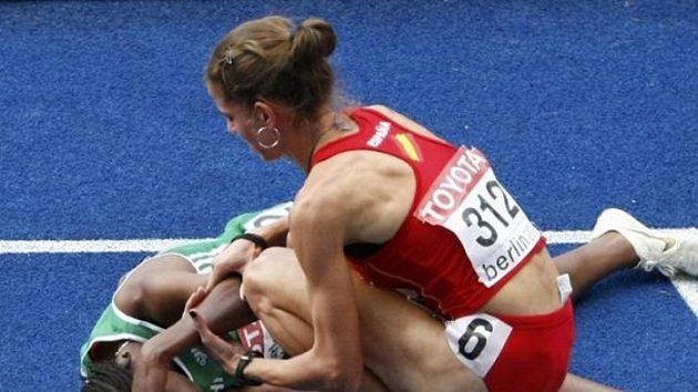Španělka Natalia Rodríguezová (vpravo) se omlouvá Gelete Burkaové z Etiopie, jíž nevybíravým kontaktem zničila medailové naděje ve finále závodu na 1500 metrů.