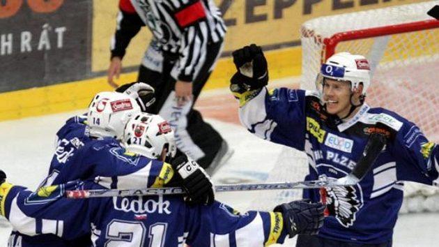 Hokejisté Plzně oslavují gól Bomersbacka (vpravo).