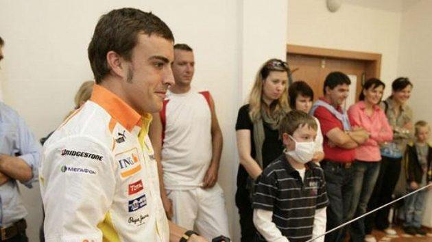 Fernando Alonso si s malými pacienty onkologického oddělení v Motole zazávodil s modely formulí.