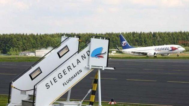 Boeing 737 s českými fotbalisti přistává na letišti v Siegerlandu.
