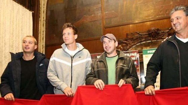 Zleva: Dušan Lojda, Tomáš Berdych, Jan Hájek a Jaroslav Navrátil s toreadorskými muletami