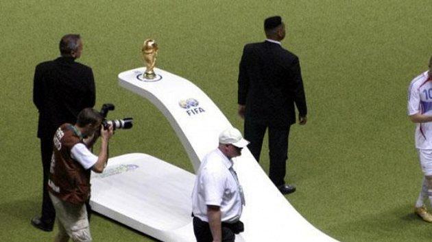 Vyloučený Francouz Zinédine Zidane míjí pohár pro vítěze fotbalového MS.