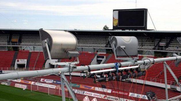 Kamery, snímající pohyb hráčů na střeše strahovského stadiónu