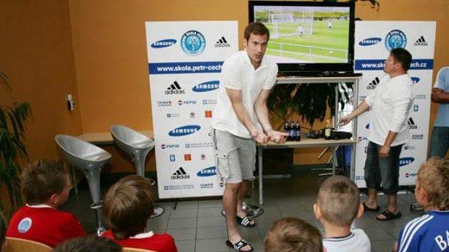 Fotbalový brankář Petr Čech během diskuse s malými fotbalisty.