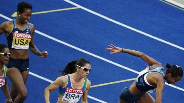 Bolestivá grimasa americké sprinterky Muny Leeové (vpravo) na předávce štafety na 4x100 metrů.