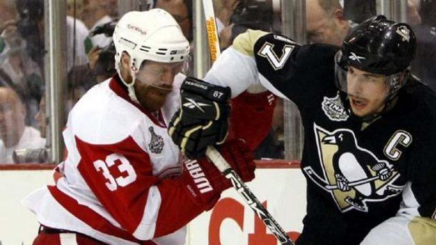 Hokejista Detroitu Kris Draper (vlevo) brání kapitána Pittsburghu Sidney Crosbyho.