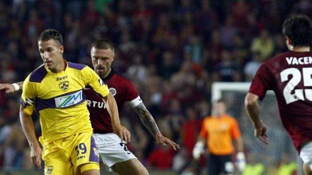 Obránce Sparty Tomáš Řepka brání Bunderla z Mariboru v utkání play-off Evropské ligy.