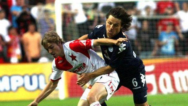 Milan Černý ze Slavie (vlevo) kryje míč před Tomášem Abrahámem ze Slovácka.