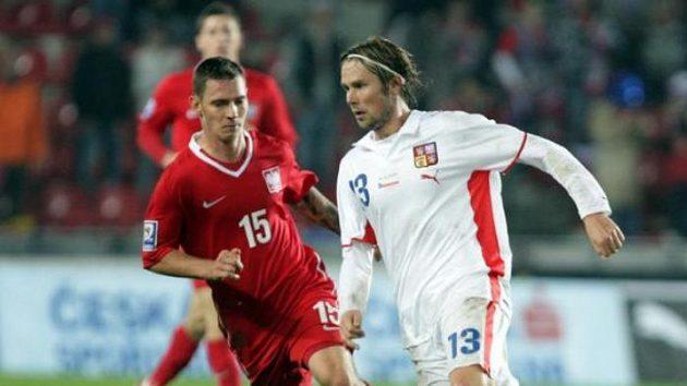 Jaroslav Plašil v souboji s polským fotbalistou Obraniacem