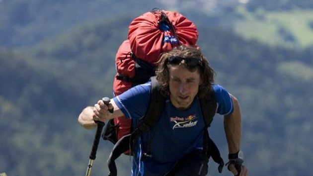 Jan Škrabálek šplhá při závodu Red Bull X-Alps na místo, z nějž bude moci odstartovat do vzduchu.
