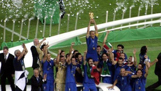 Italský kapitán Fabio Cannavaro zvedá pohár pro mistry světa.