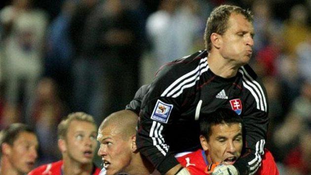 Slovenský gólman Mucha zasahuje před Milanem Barošem.